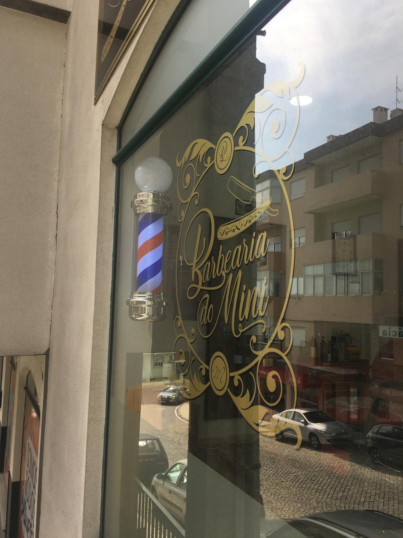 Vitrine das instalações da Barbearia do Mini