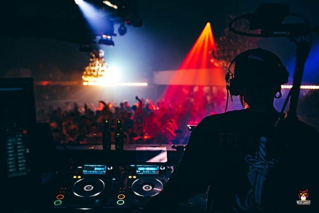 Atuação do DJ Discoland numa discoteca