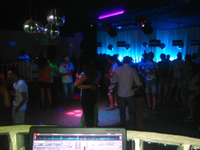 Pessoas numa discoteca a ouvir o DJ - Discoland