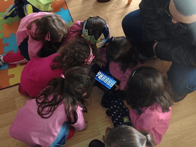 Apresentação e teste de software para crianças desenvolvido na empresa Toymobi.