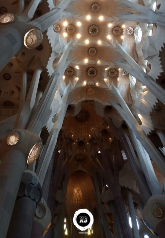 Interior da Catedral da Sagrada Família em Barcelona